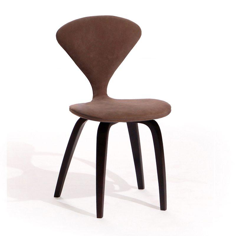 Деревянный коричневый стул удобный