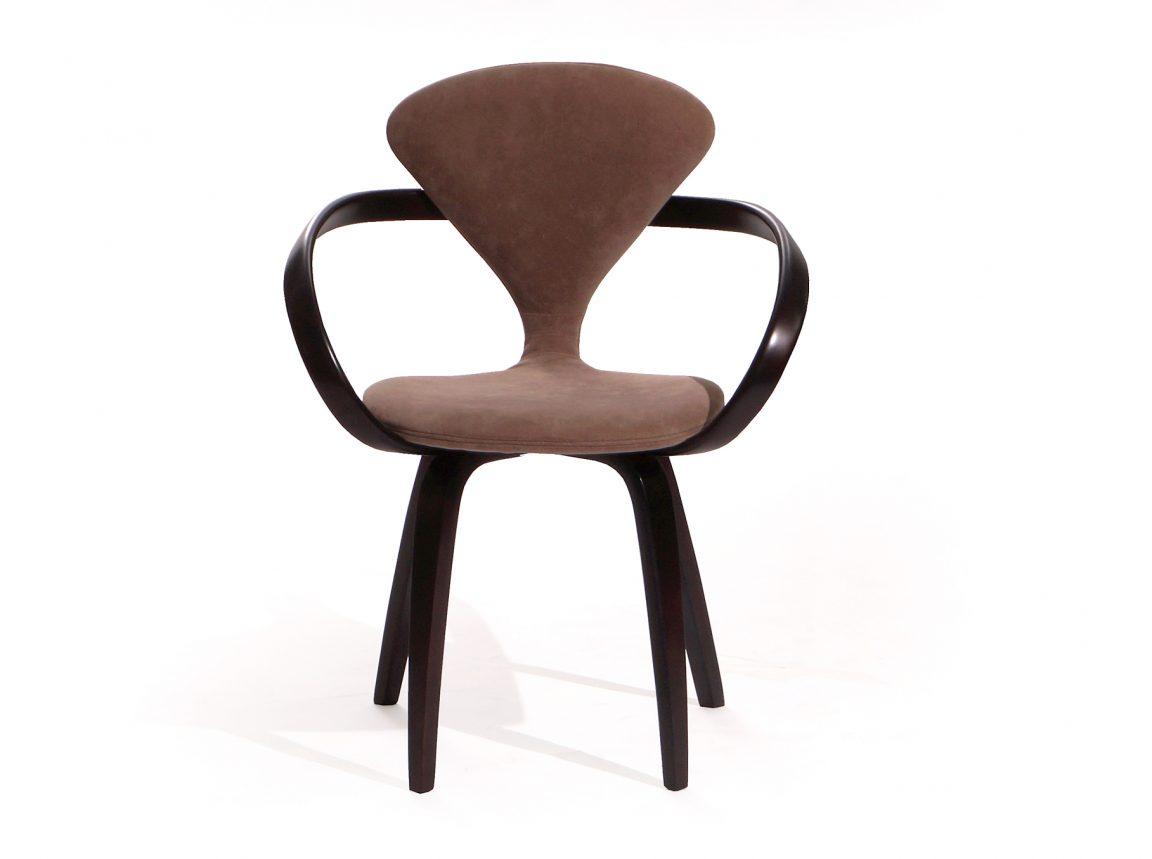 Темный стул из дерева коричневый