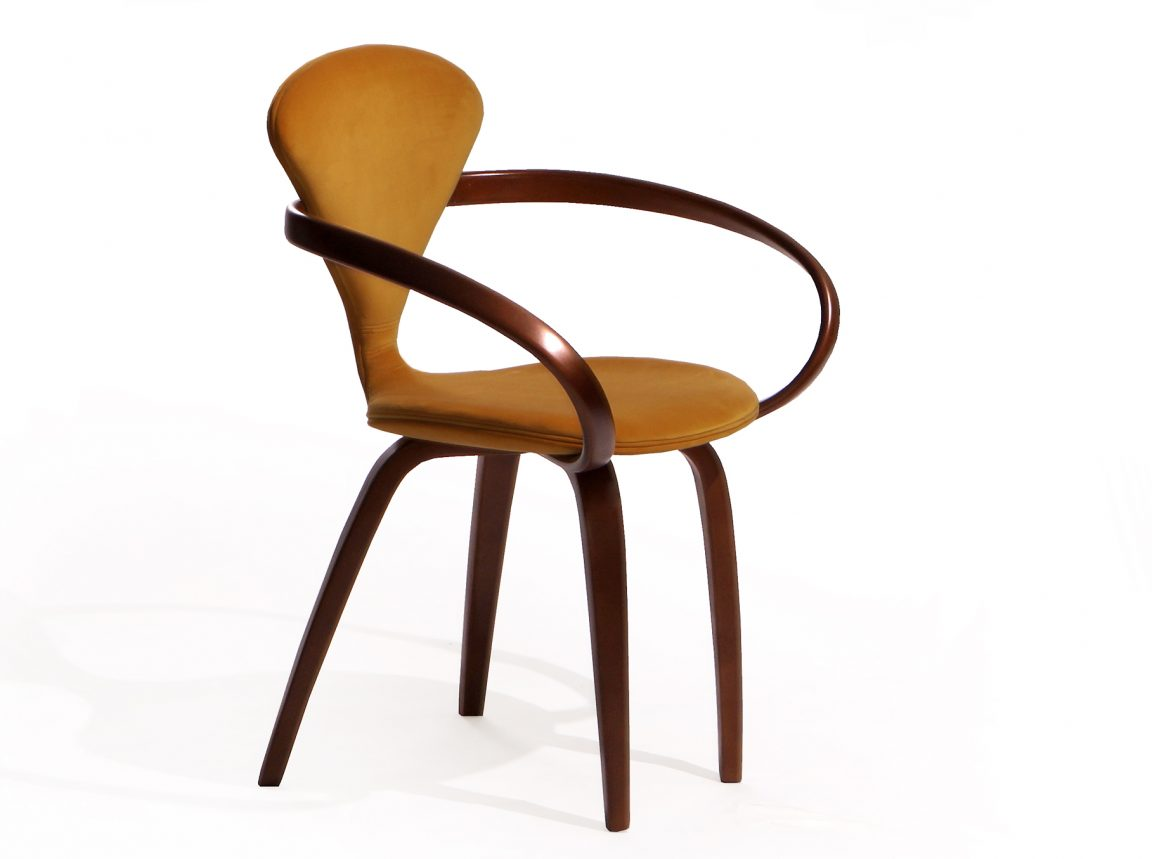 Идеальный оранжевый стул с подлокотниками