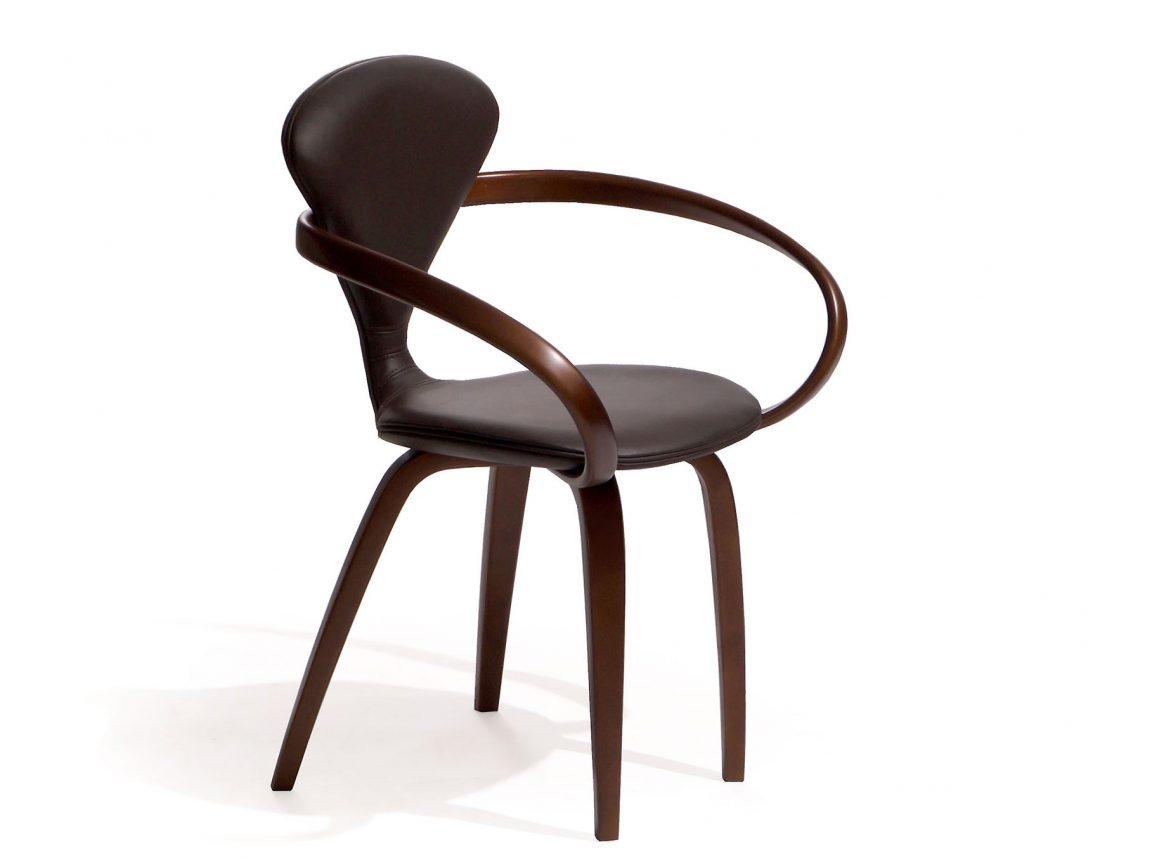 Кожаный стул с удобными подлокотниками