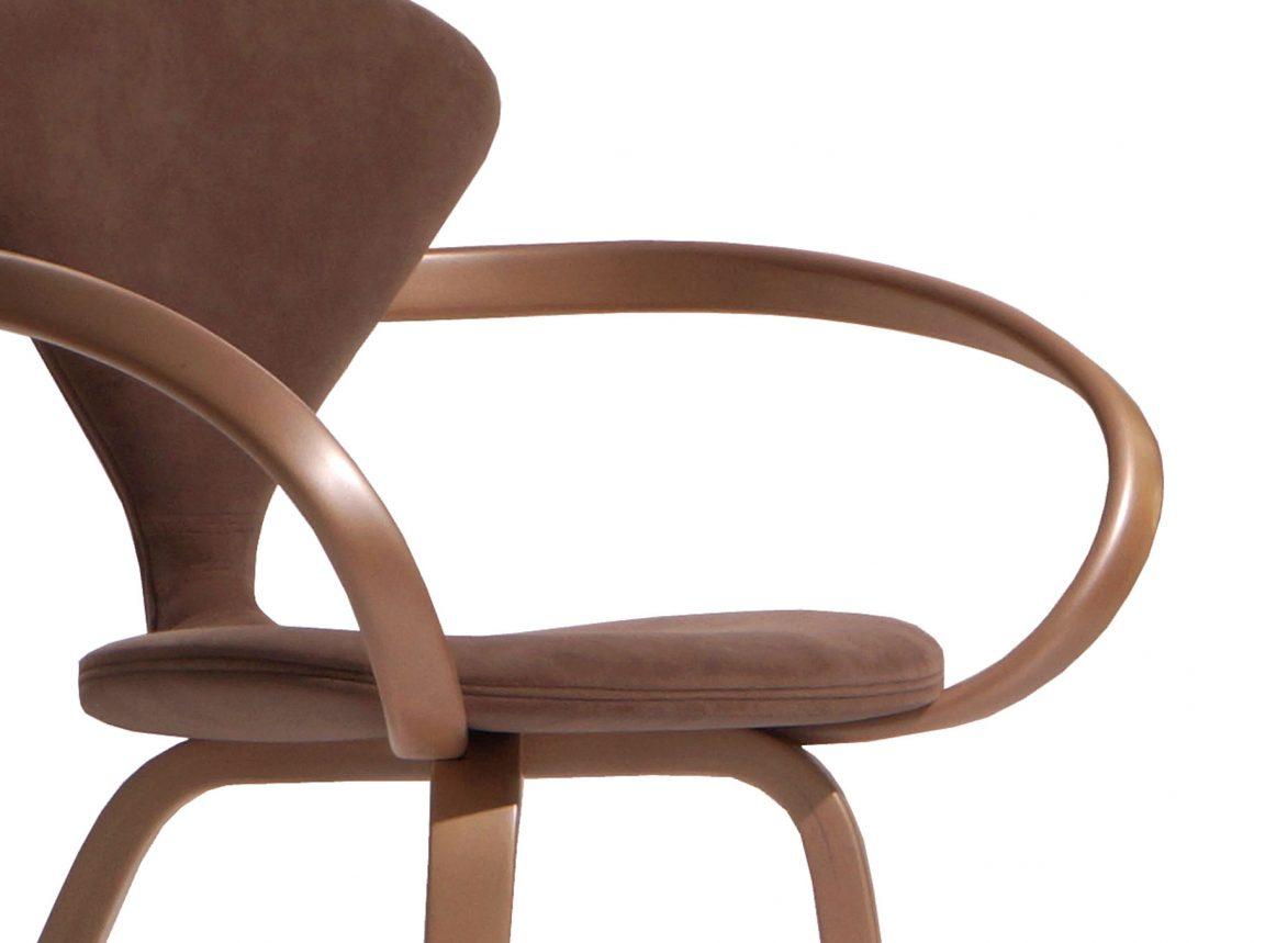 Красивый изогнутый дизайнерский стул