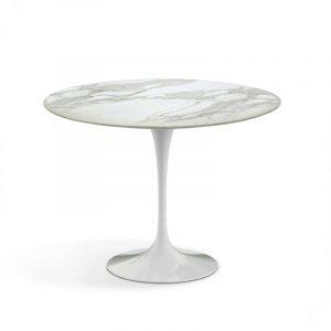 Кофейный стол на 1 ножке с красивым мраморным рисунком столешницы белого цвета
