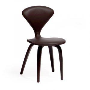 Красивый коричневый стул из кожи