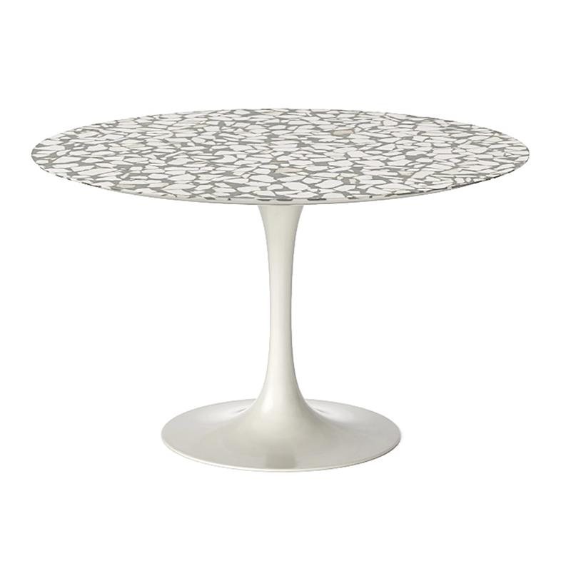 Светлый круглый стол из мрамора